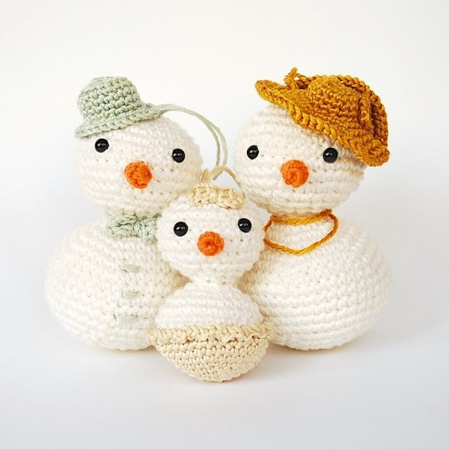 Christmas tree decorations done with crochet and amigurumi